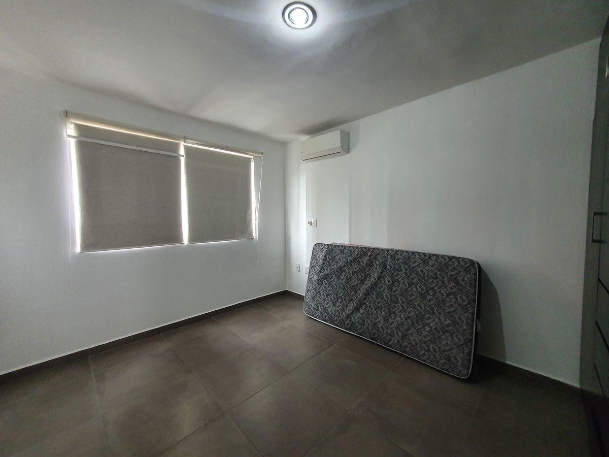 16 de 17: Recámara con clima y closet y cama individual.