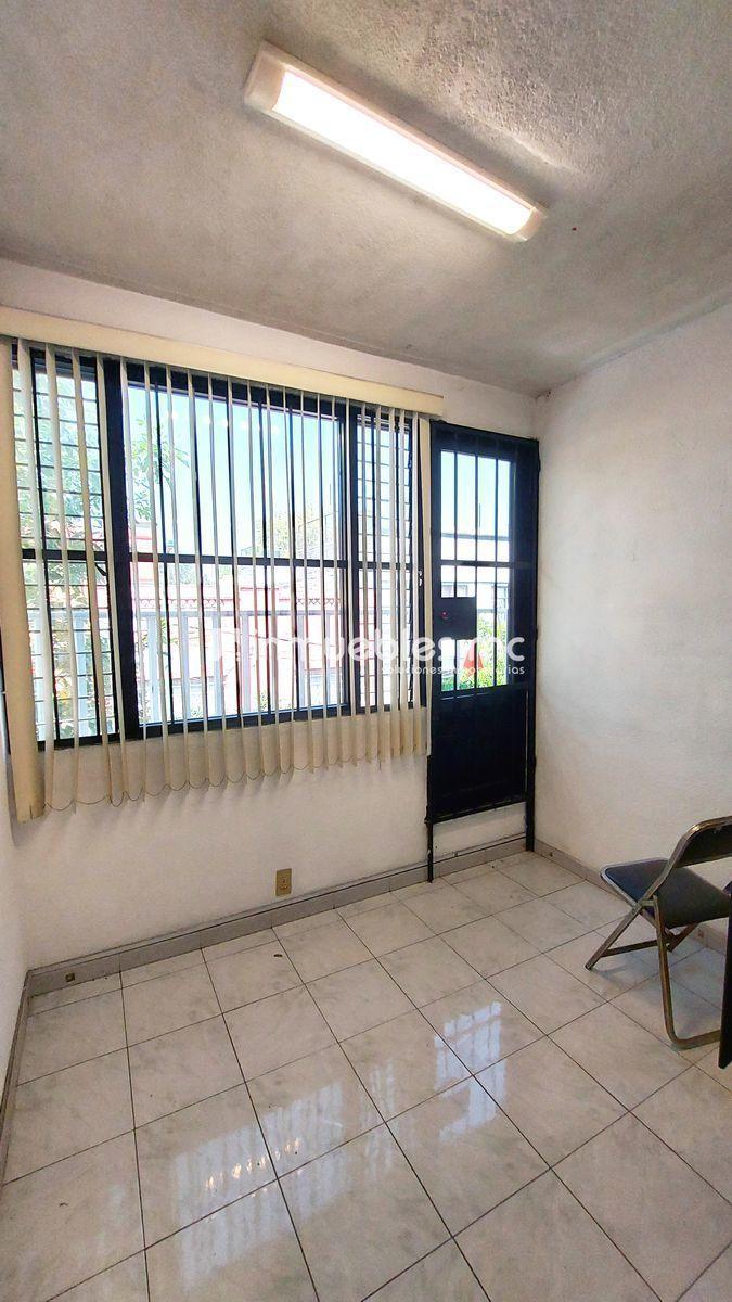 12 de 24: Oficina con balcón