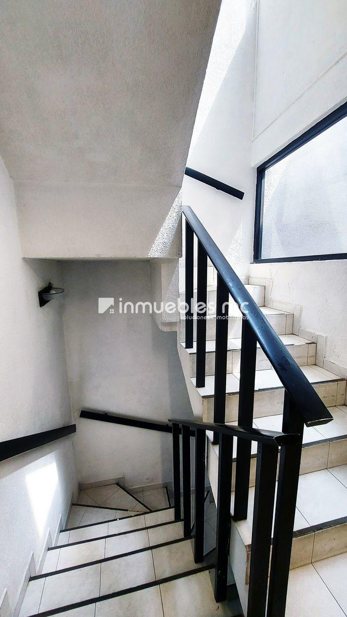 8 de 24: Acceso escaleras