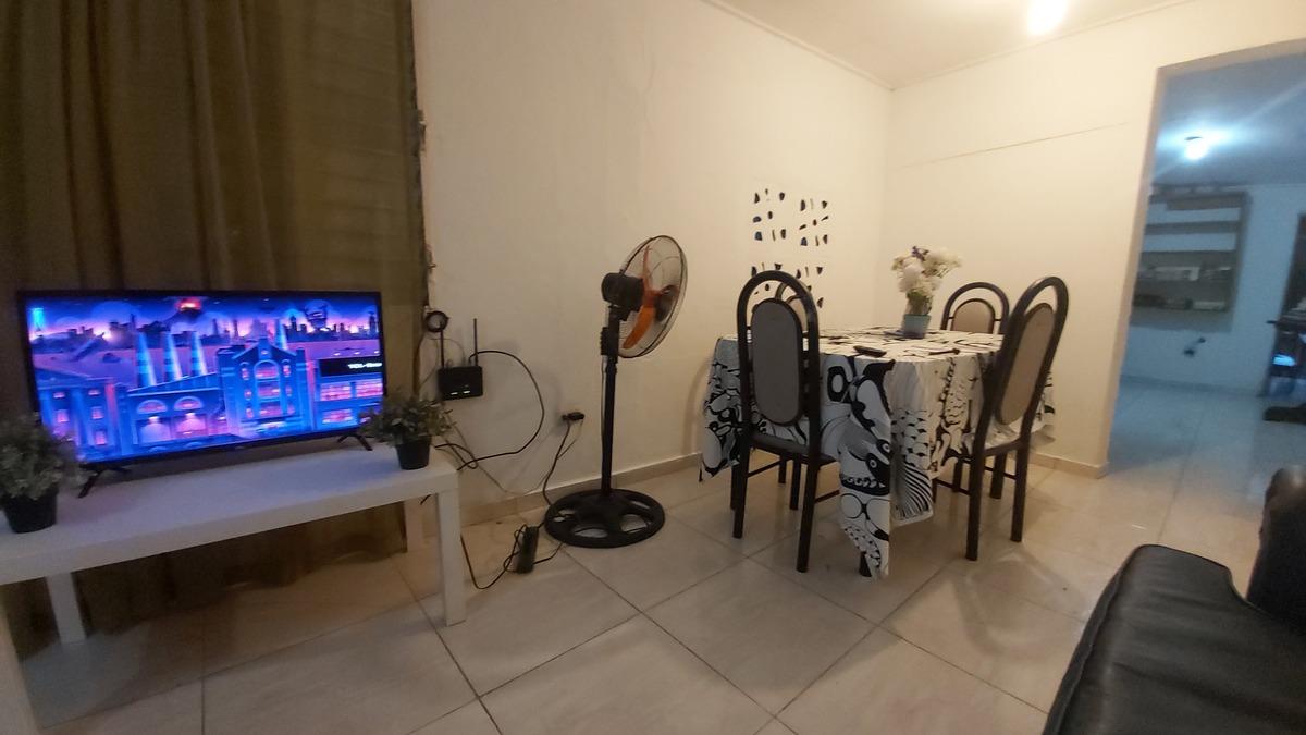 1 de 9: Sala con muebles, televisión con streaming,  wifi