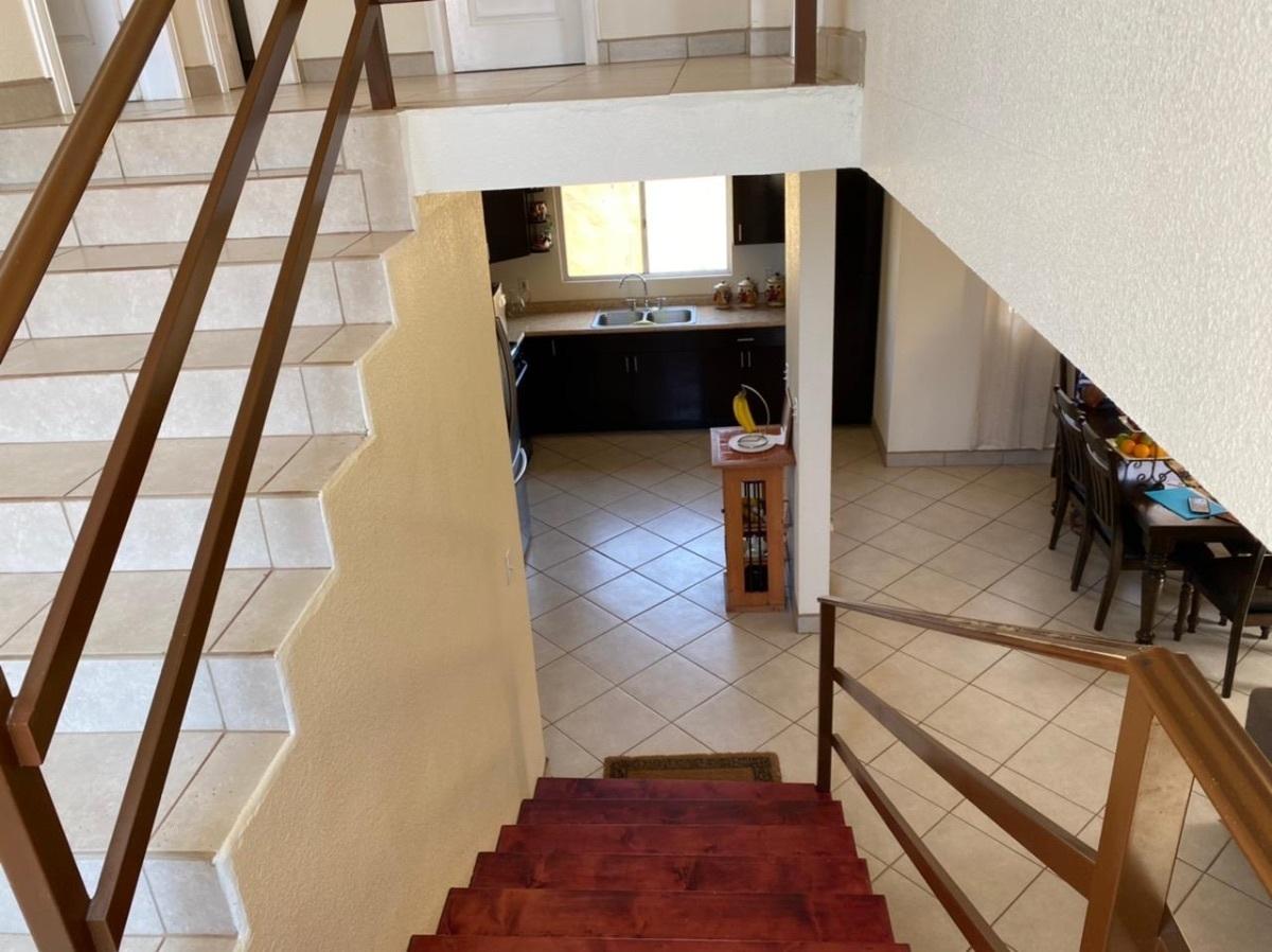 13 de 35: Vista de escaleras a cocina