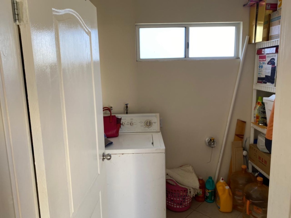 31 de 35: área de lavar iluminada y comida
