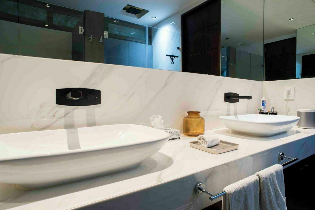 12 de 24: Baño tocador con espejo abatible