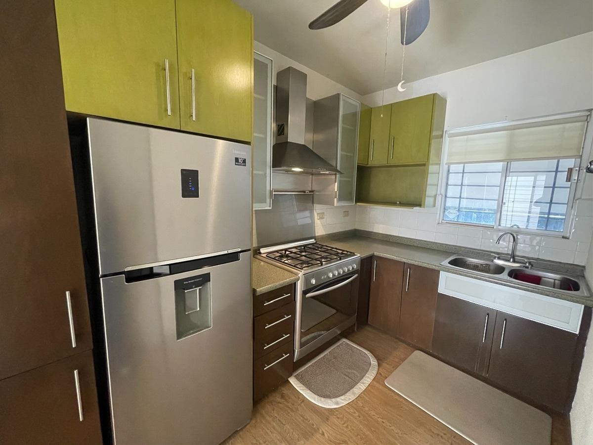 8 de 18: Cocina integral equipada con refrigerador