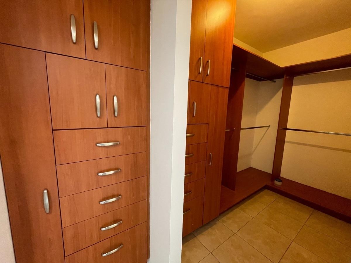 13 de 18: Walk in closet en recámara principal