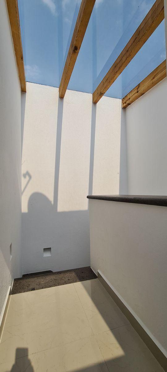 18 de 20: Cubo de escaleras bien iluminado