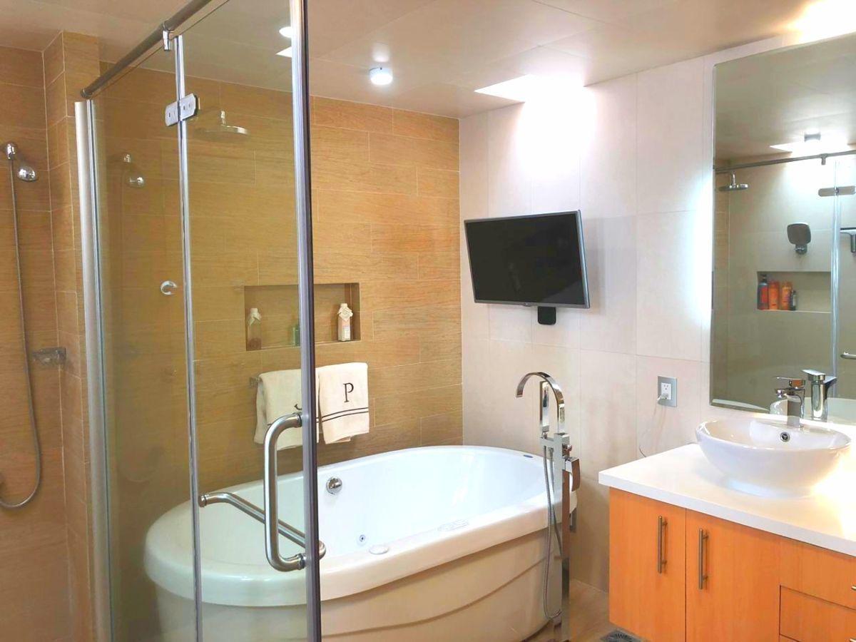 7 de 16: Baño principal con tina