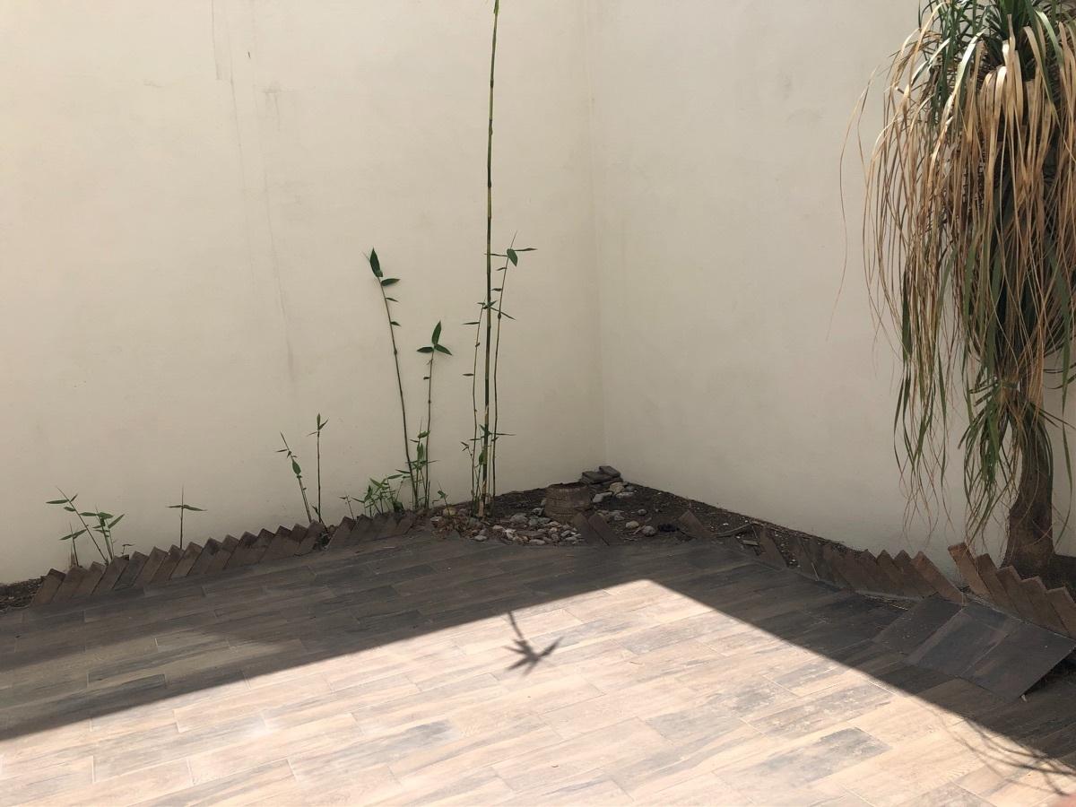 6 de 17: Patio con piso