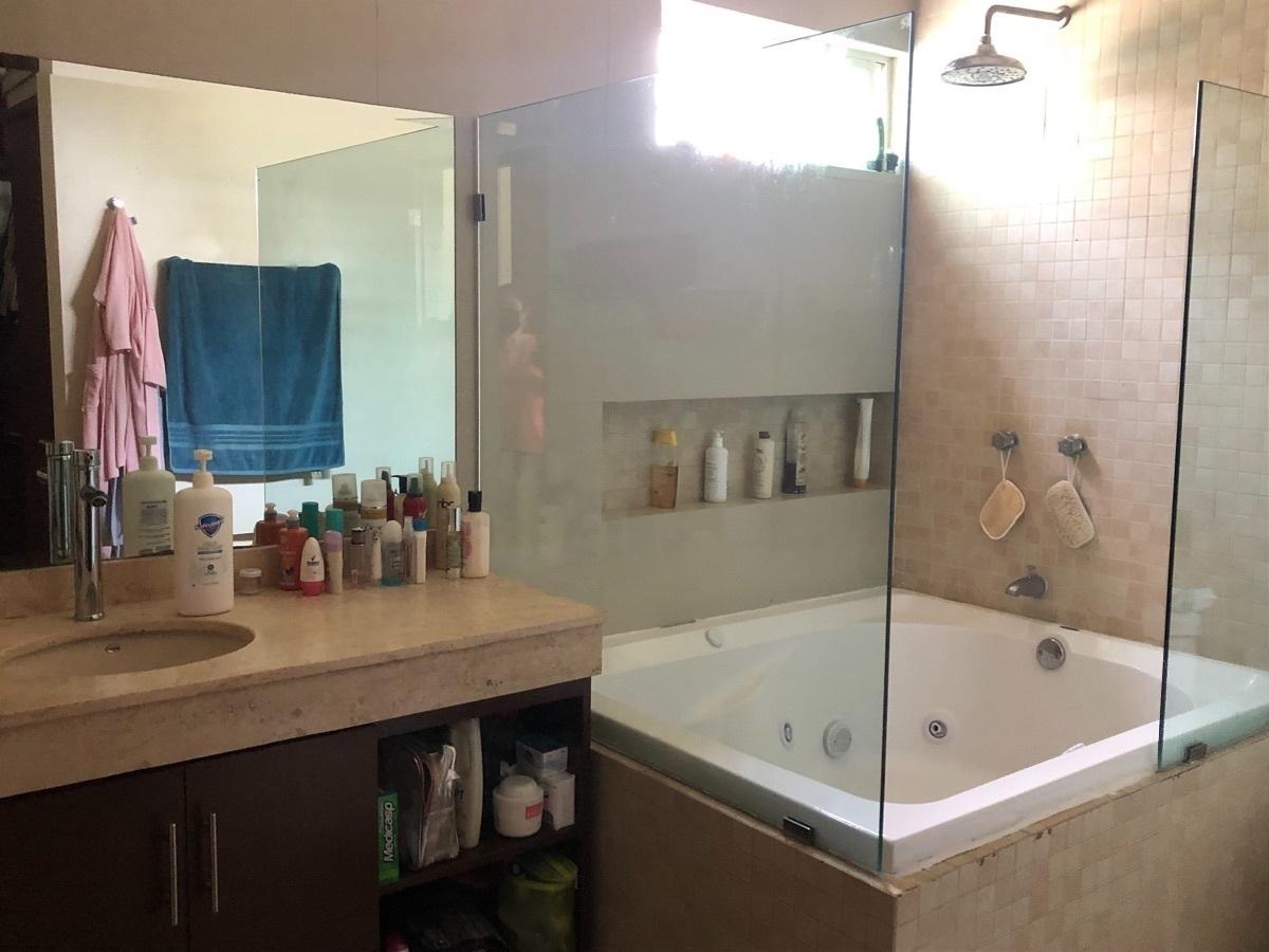 12 de 17: Baño con jacuzzi