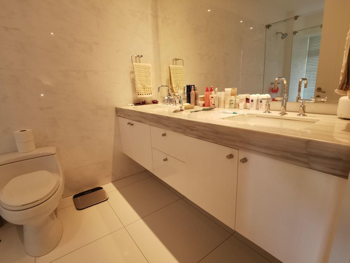 25 de 41: Baño principal elegante y neutro con jacuzzi y luz natural