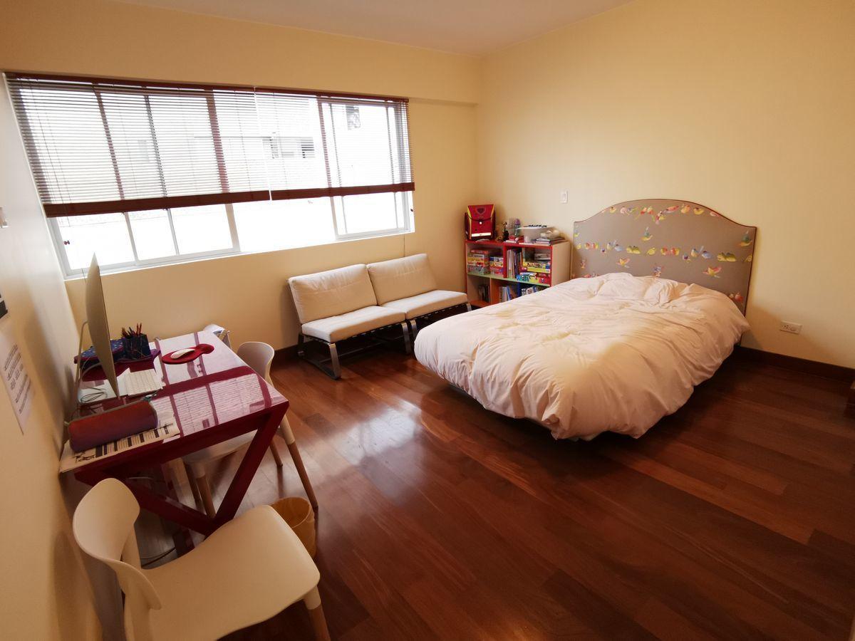 29 de 41: Dormitorio secundario amplio con baño incorporado