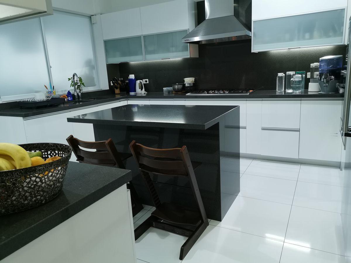 34 de 41: Moderna cocina con isla y comedor diario finos acabados