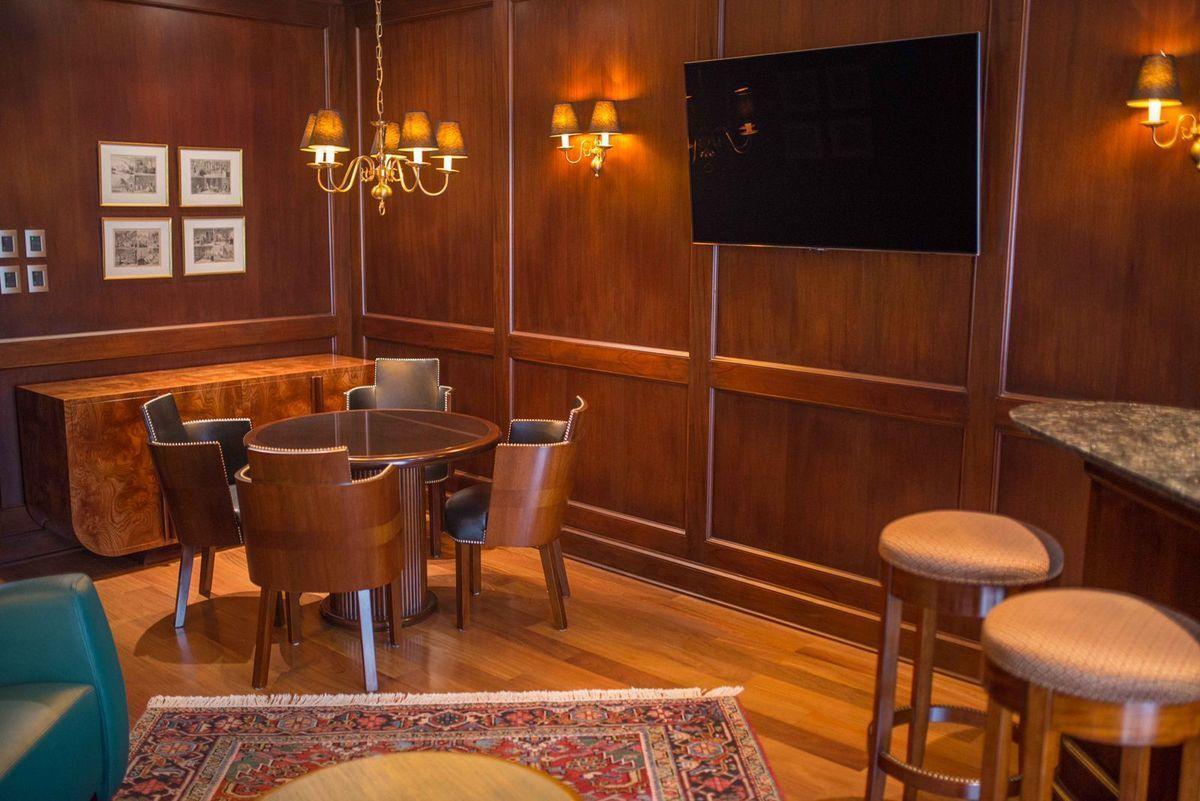 3 de 41: Elegante Bar estilo inglés con finísimos acabados
