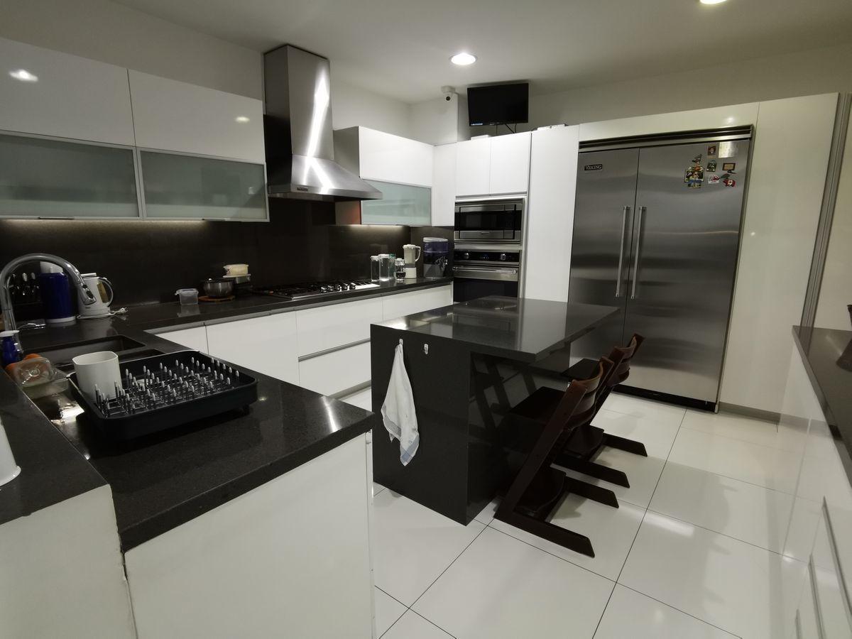 39 de 41: Moderna cocina con isla y comedor diario finos acabados