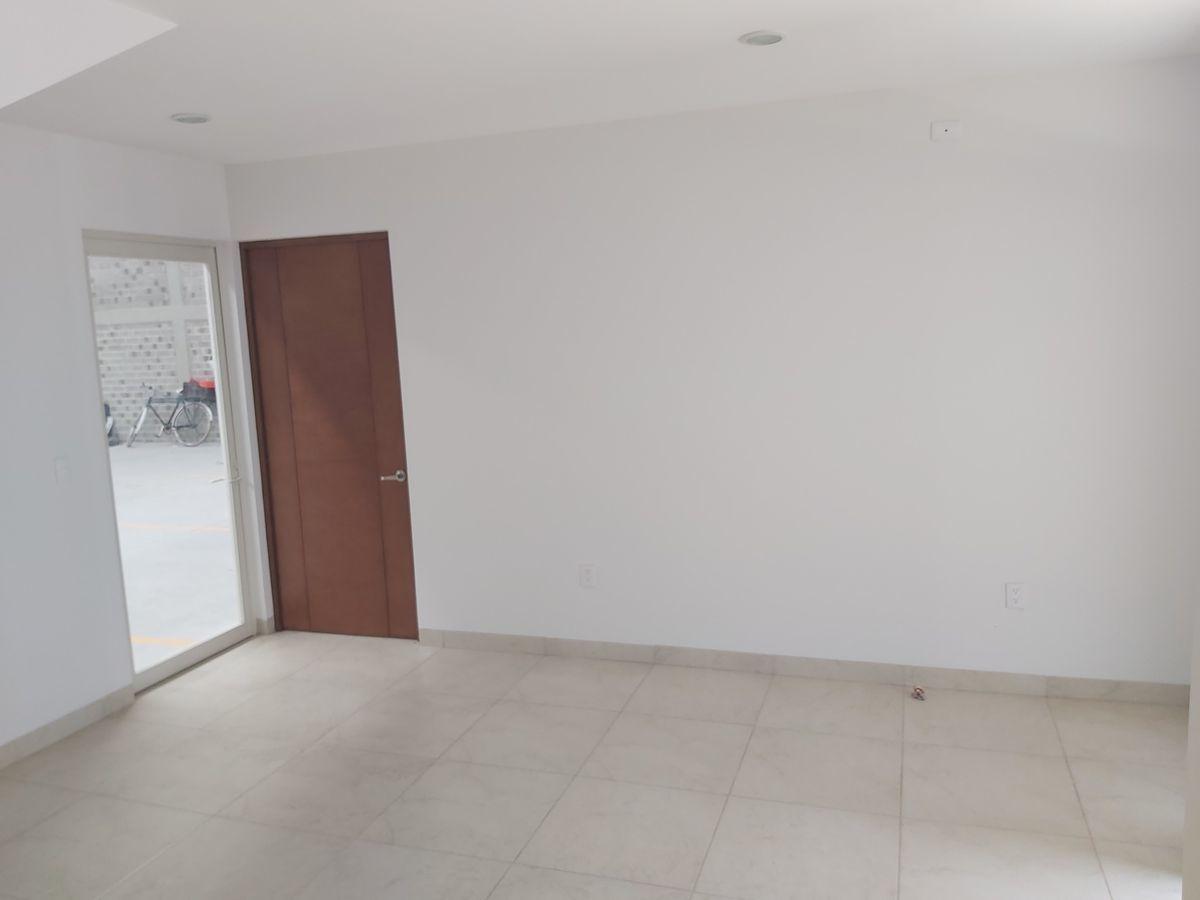 4 de 20: VESTÍBULO / RECEPCIÓN con oficina en planta baja