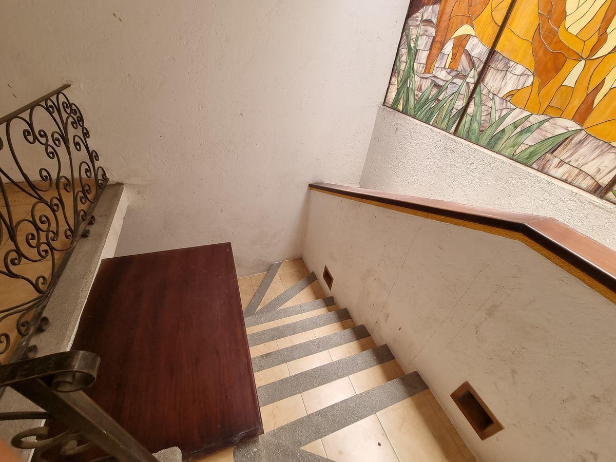33 de 40: Escaleras con vitral