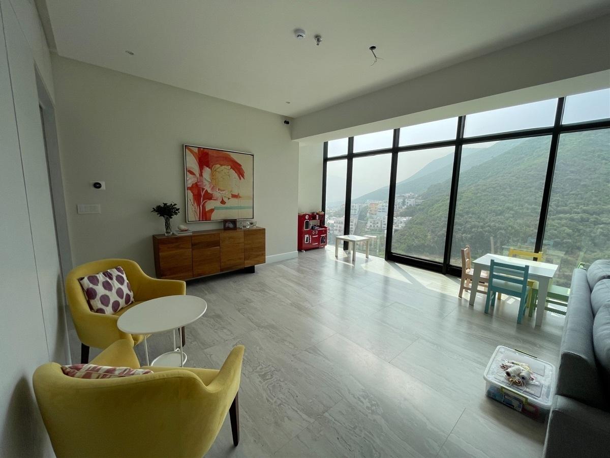9 de 20: Área de comedor con ventanales de piso a techo