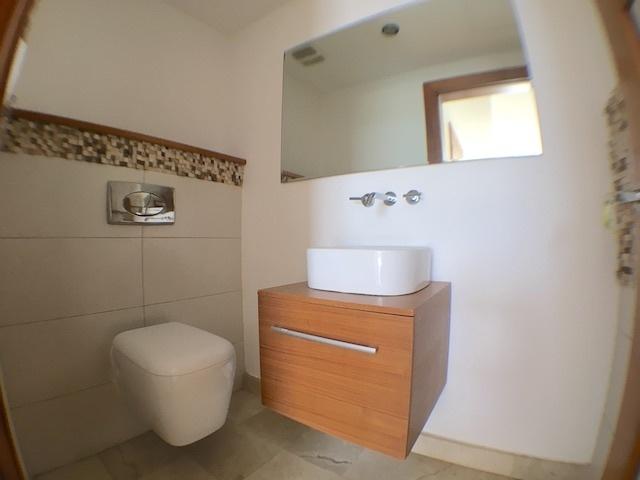 9 de 18: Amplio baño de visita