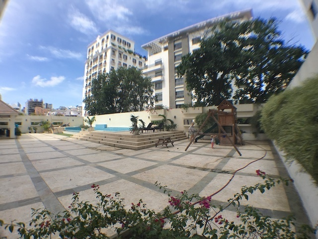 10 de 18: Area de Piscina, terrazas y de jgo. de niños
