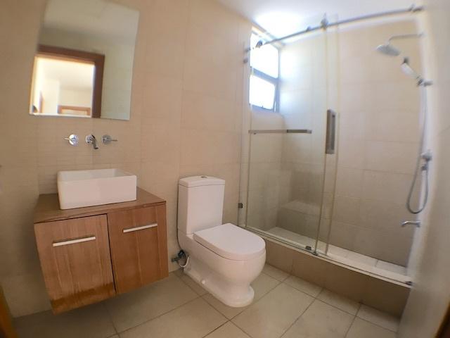 11 de 18: Baños modernos con ventilación