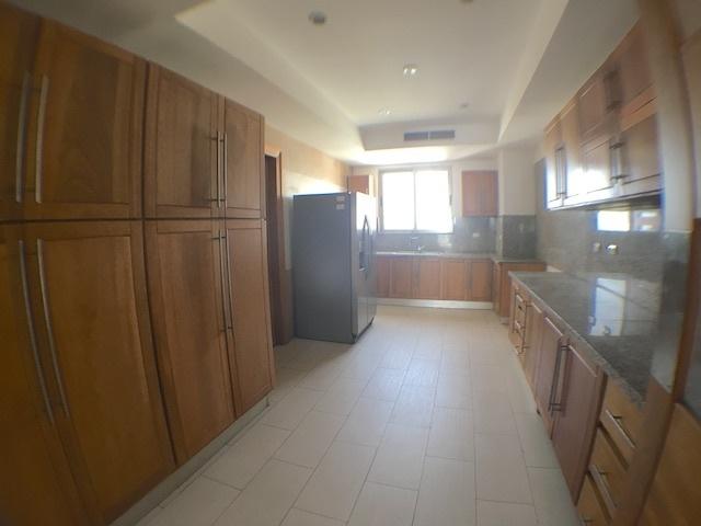 4 de 18: Cocina con ventilación y muchos closet y gabinetes