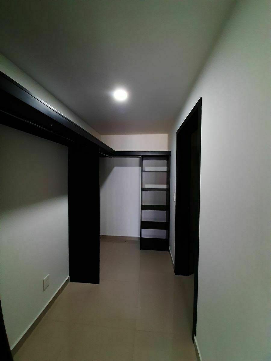7 de 23: closet vestidor en planta baja