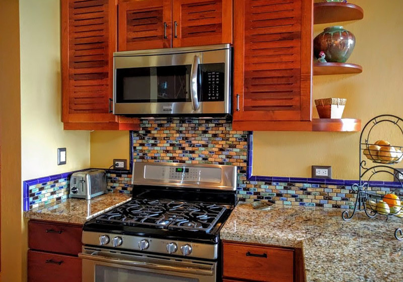 4 of 18: Granite countertops and stainless steel appliances.