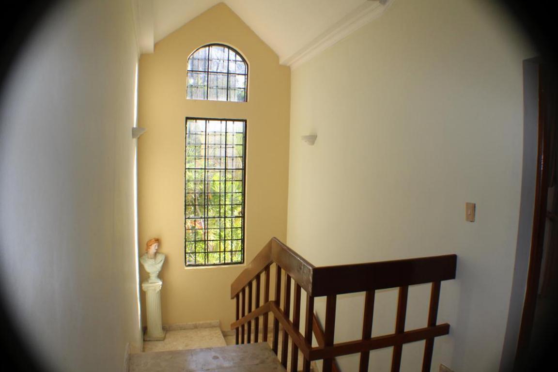 16 de 17: Escaleras con buenos ventanales que iluminan el área