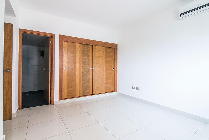 9 de 13: Habitación principal con closet y baño integrado