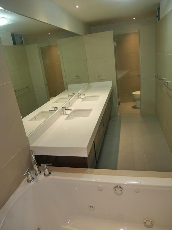 19 de 32: Baño principal moderno con ducha y jacuzzi