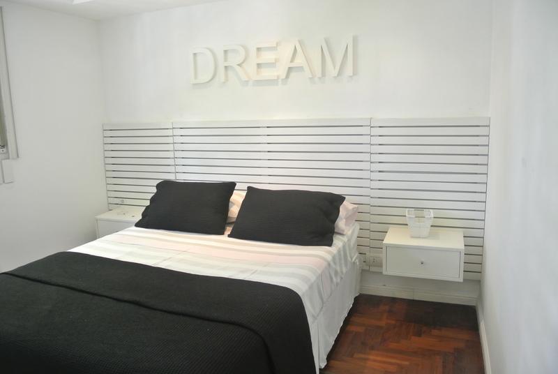 14 de 21: Dormitorio con cama doble con ropa blanca de cama