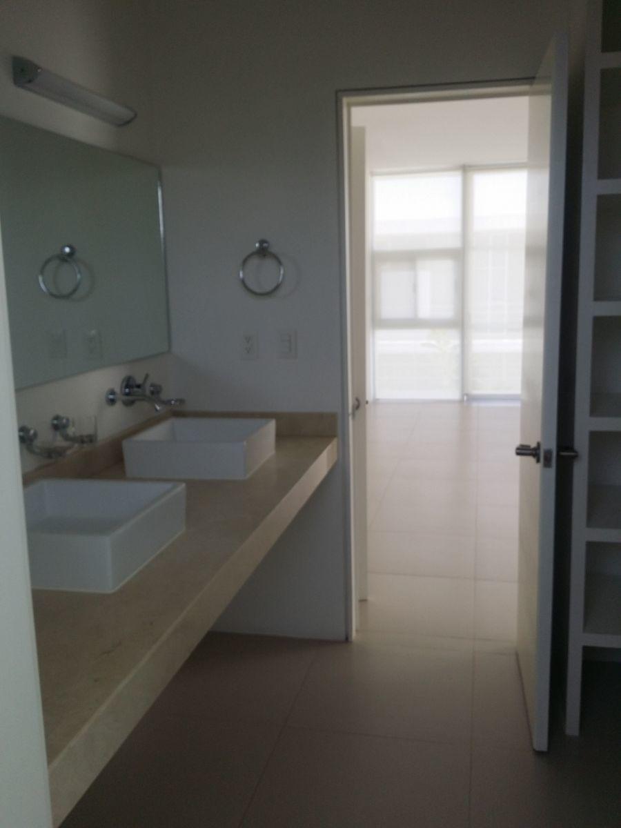 33 de 47: Baño principal doble ovalin y closet vestidor