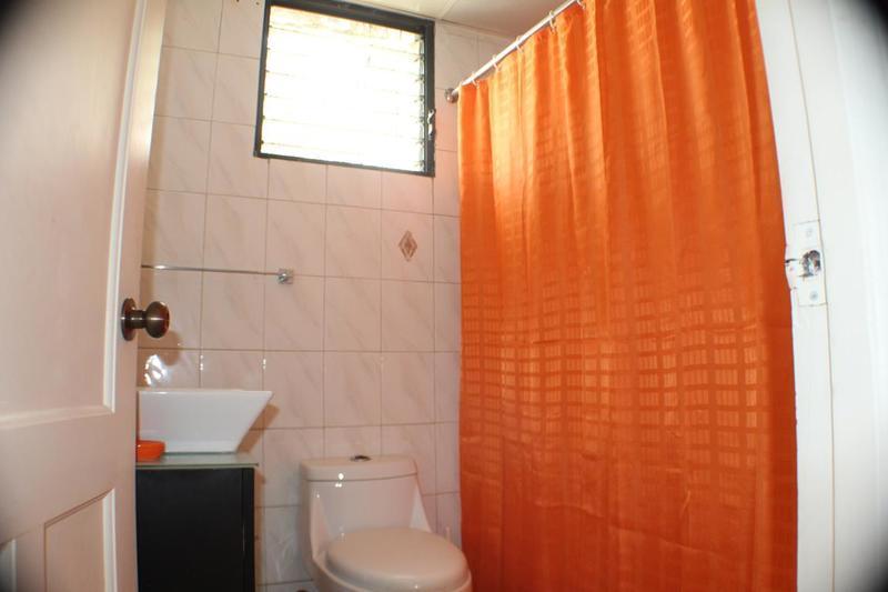 6 de 13: Baño cómodo con mucha claridad y privacidad