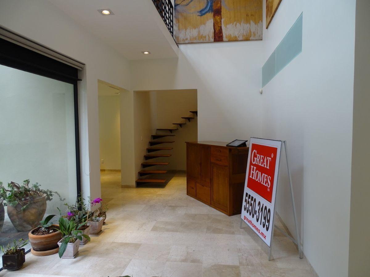 29 de 42: vestíbulo y escaleras al segundo piso