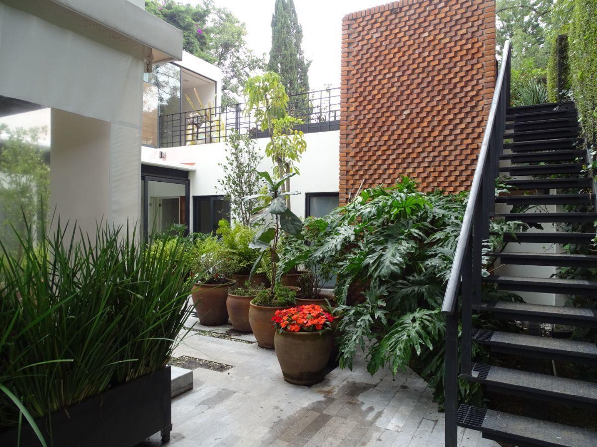 30 de 42: Escaleras de acceso a terraza trasera y cuarto de juegos