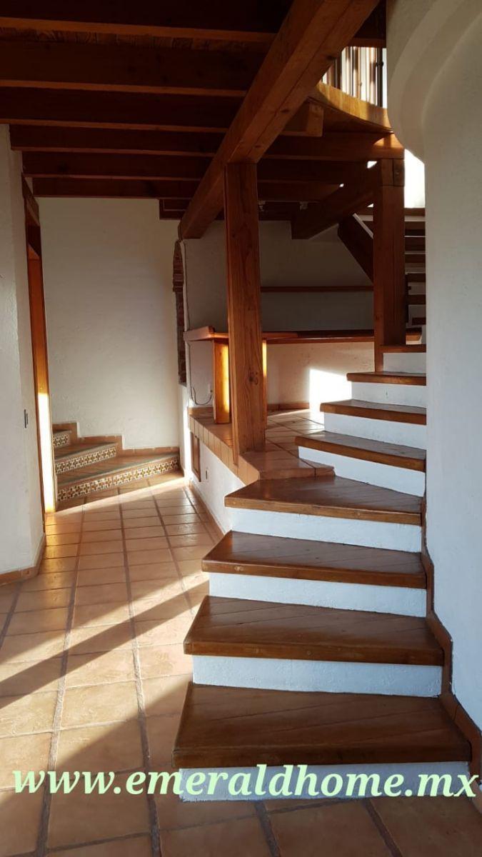 15 de 29: Escaleras hacia las habitaciones