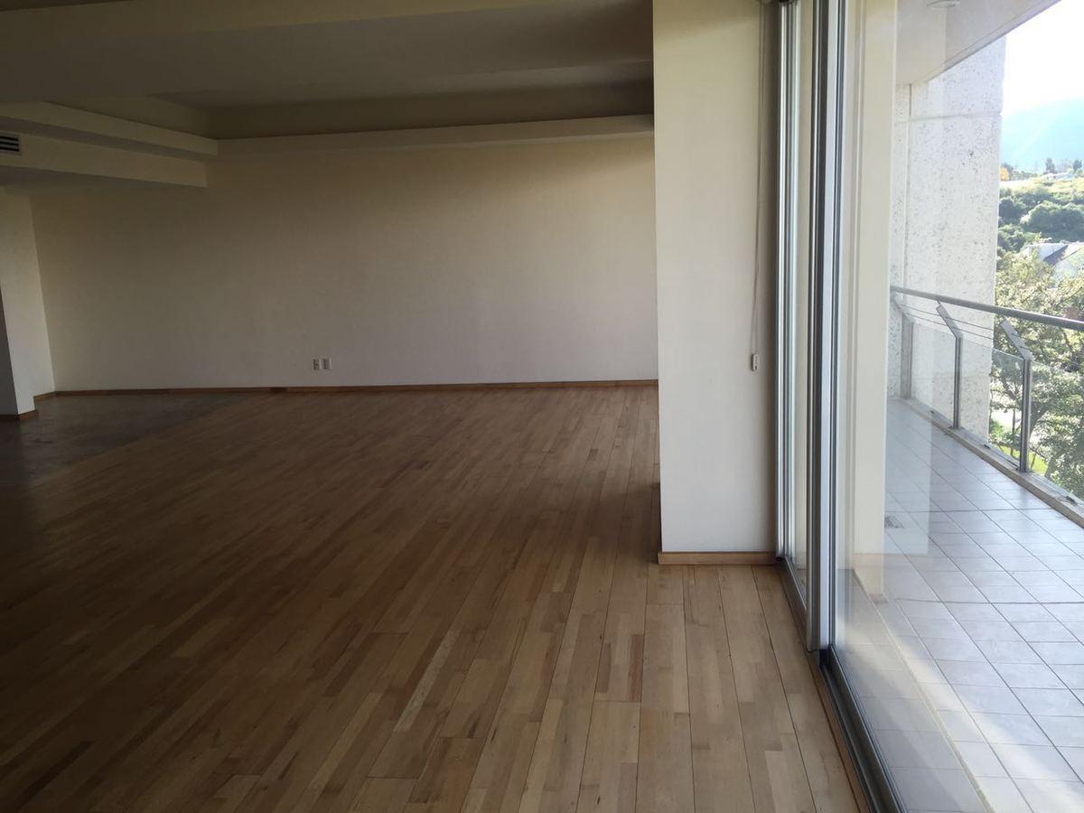 3 de 9: Sala comedor con pisos de madera y salida a la terraza