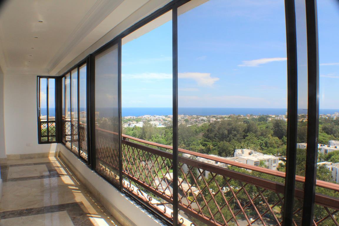 1 de 31: Balcón con vista panorámica al mar y el parque
