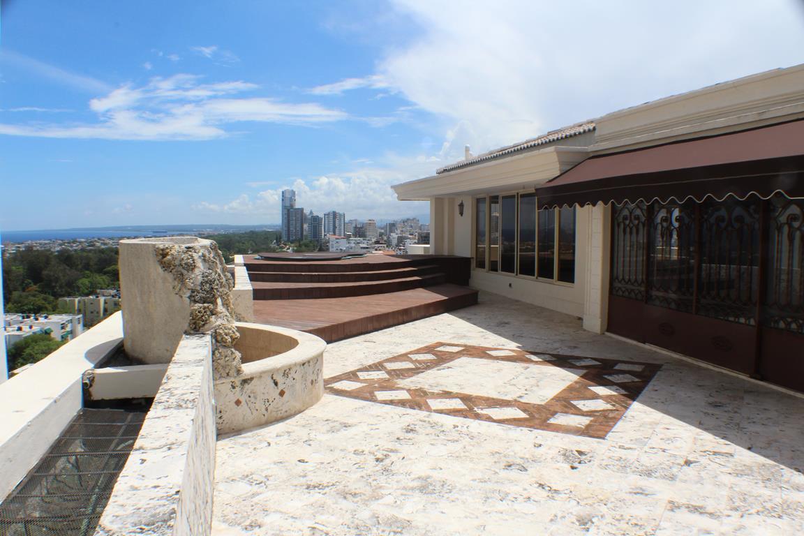 3 de 31: Terraza exterior con jaccuzzi, fuentes, pergolado y bar