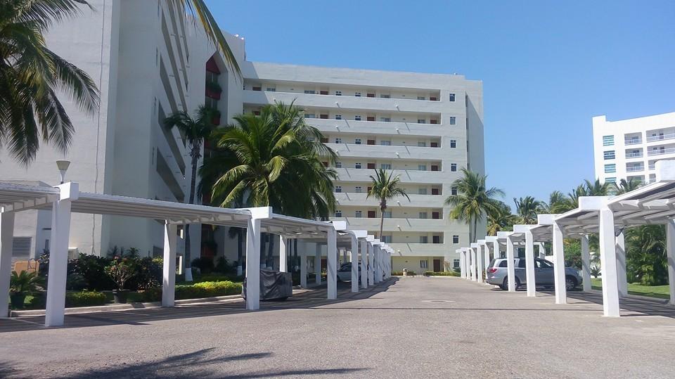 2 de 17: Estacionamientos y fachada por detrás del edificio