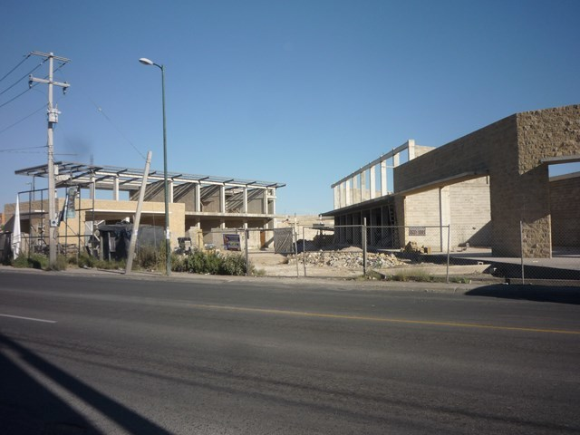 2 de 13: Construcción de centro comercial de un lado