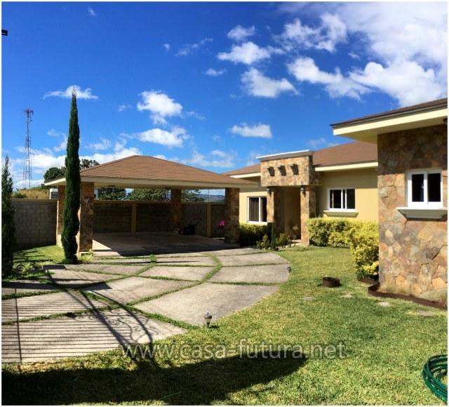 Bella Casa En Santa Lucia Con Patio Y Bonitos Acabados