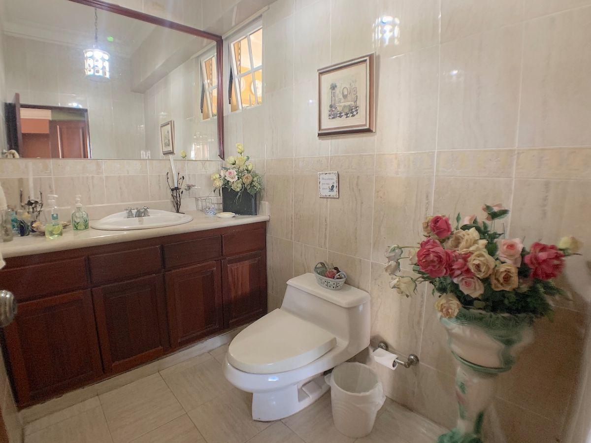 8 de 24: Dos (2) baños de visita