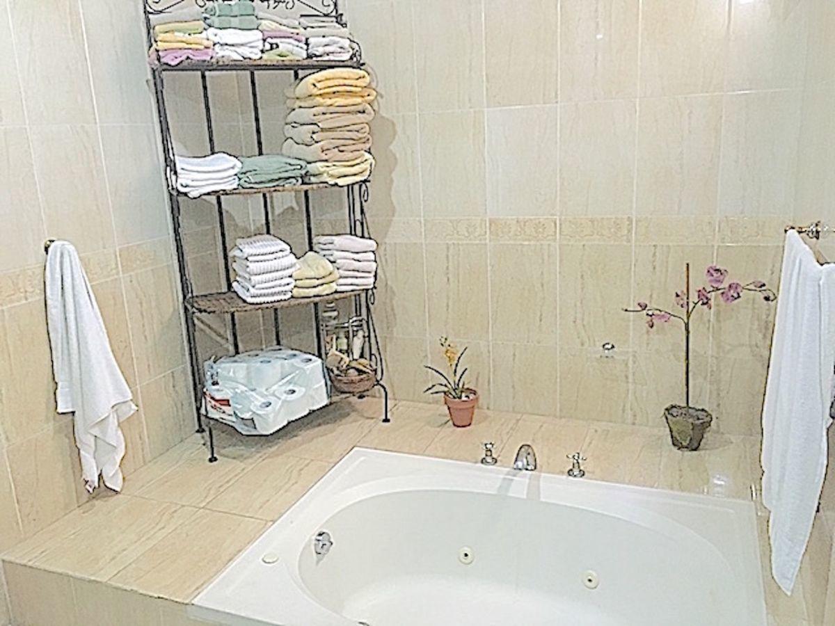 21 de 24: Baño principal con Jacussy