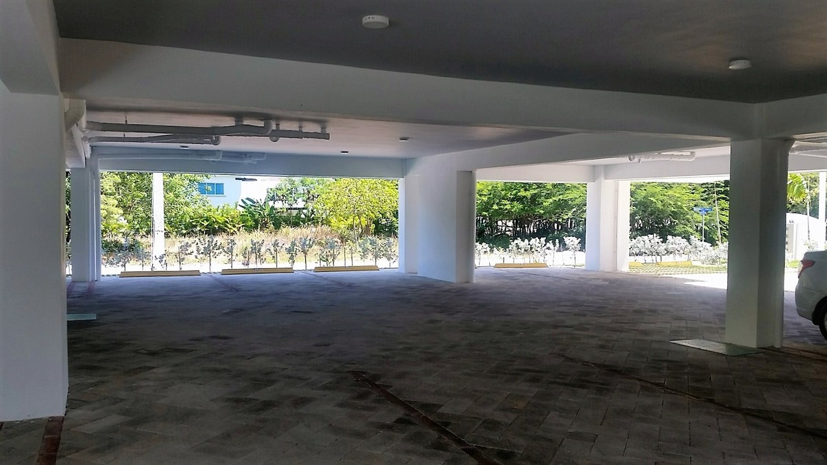 3 de 12: Estacionamiento techado