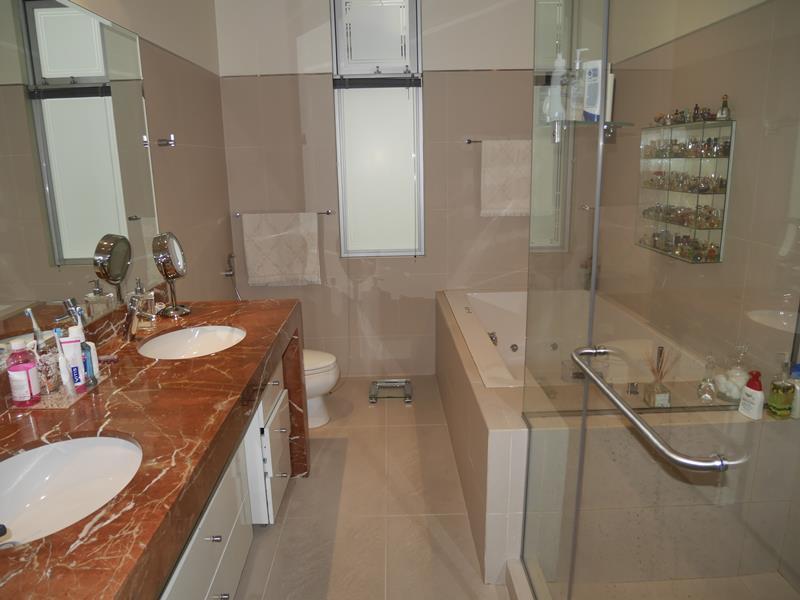 20 de 39: Baño Principal con ducha y jacuzzi