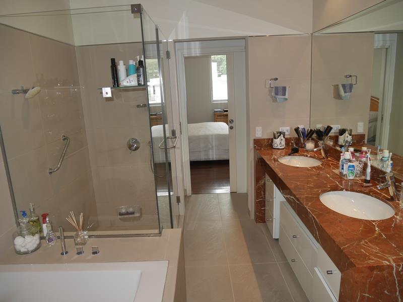 22 de 39: Baño Principal con ducha y jacuzzi