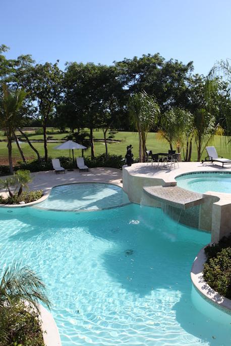13 de 23: Vista desde la piscina hacia el campo de golf