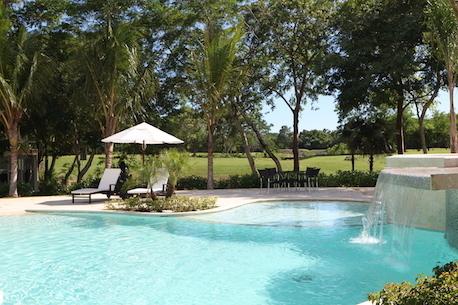 16 de 25: Vista de la piscina al campo de golf