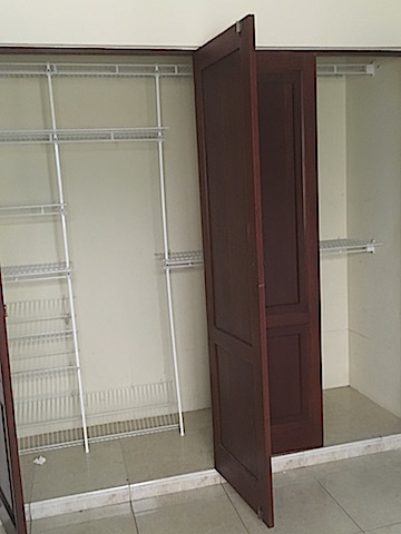 10 de 12: Closet con divisiones y madera en caoba